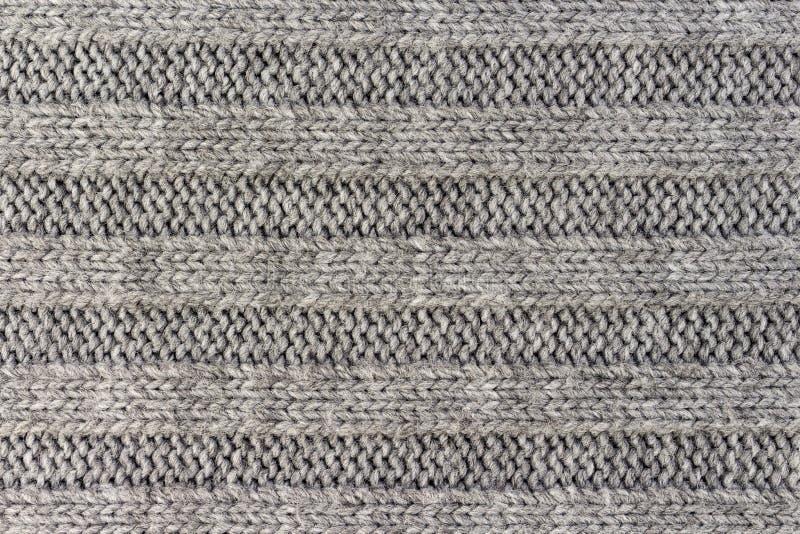 Horizontale gestreepte grijze het breien stoffentextuur, gebreide patroonachtergrond stock afbeeldingen