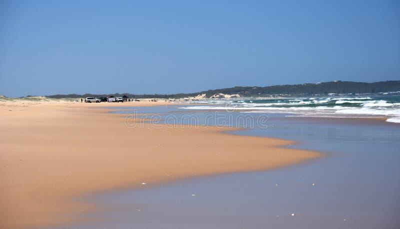 Horizontale Landschaft des Strandes mit Autos lizenzfreie stockfotografie