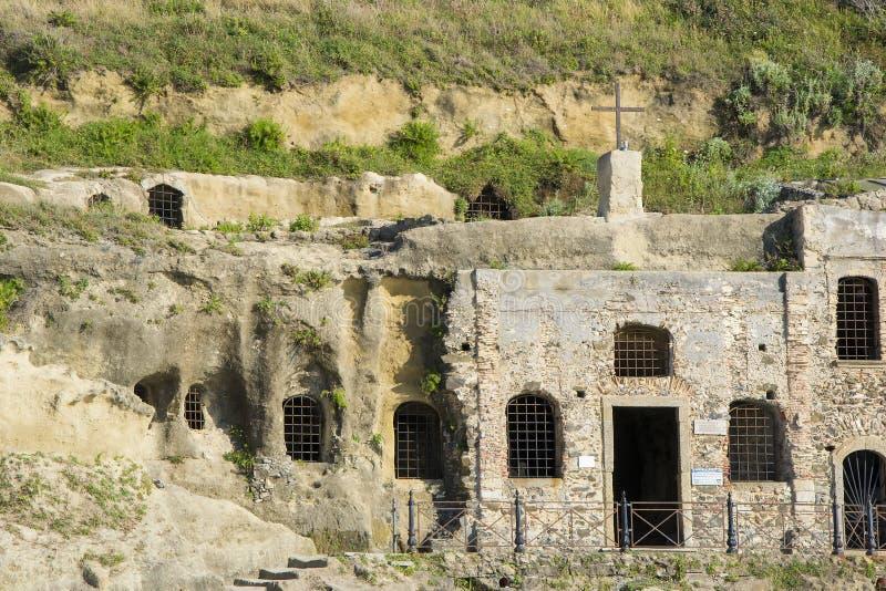 Horizontale mening van de kerk van Piedigrotta, Calabrië, Italië stock foto's