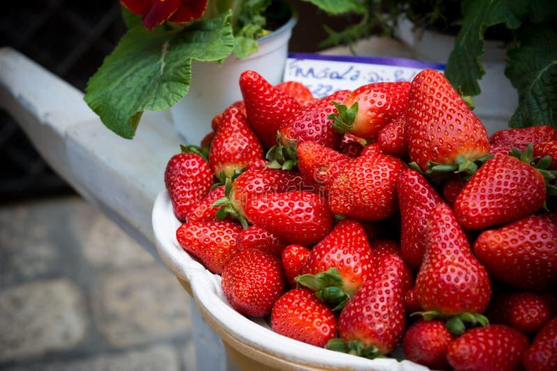 Horizontale Mening van Dichte Omhooggaand van Verse Strewberries in Marketp royalty-vrije stock afbeeldingen