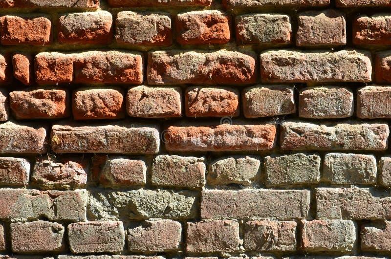 Horizontale muurtextuur van verscheidene rijen van zeer oud die metselwerk van rode baksteen worden gemaakt Verbrijzelde en besch royalty-vrije stock foto