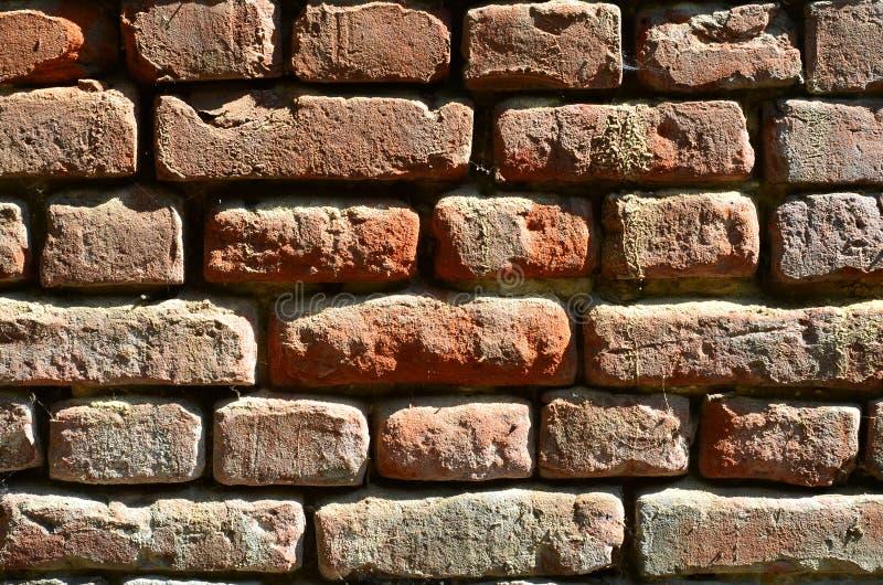 Horizontale muurtextuur van verscheidene rijen van zeer oud die metselwerk van rode baksteen worden gemaakt Verbrijzelde en besch royalty-vrije stock afbeeldingen