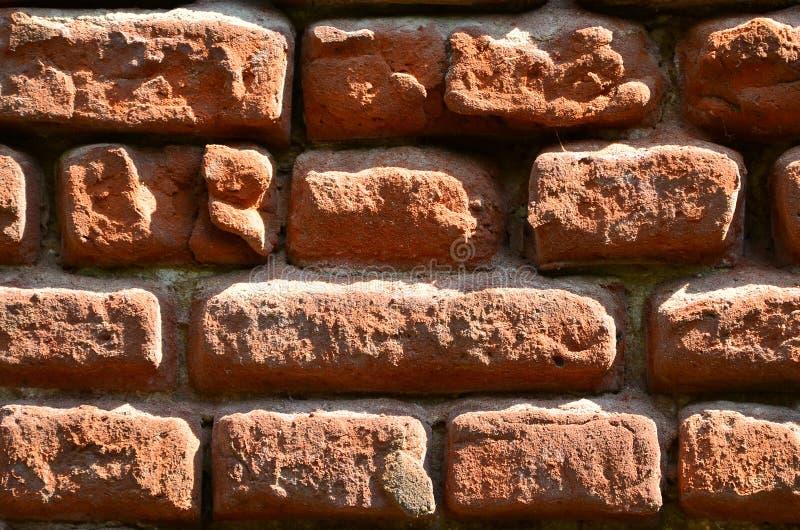 Horizontale muurtextuur van verscheidene rijen van zeer oud die metselwerk van rode baksteen worden gemaakt Verbrijzelde en besch royalty-vrije stock foto's
