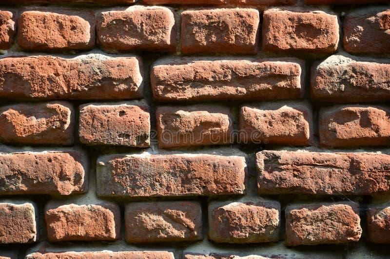 Horizontale muurtextuur van verscheidene rijen van zeer oud die metselwerk van rode baksteen worden gemaakt Verbrijzelde en besch stock afbeeldingen