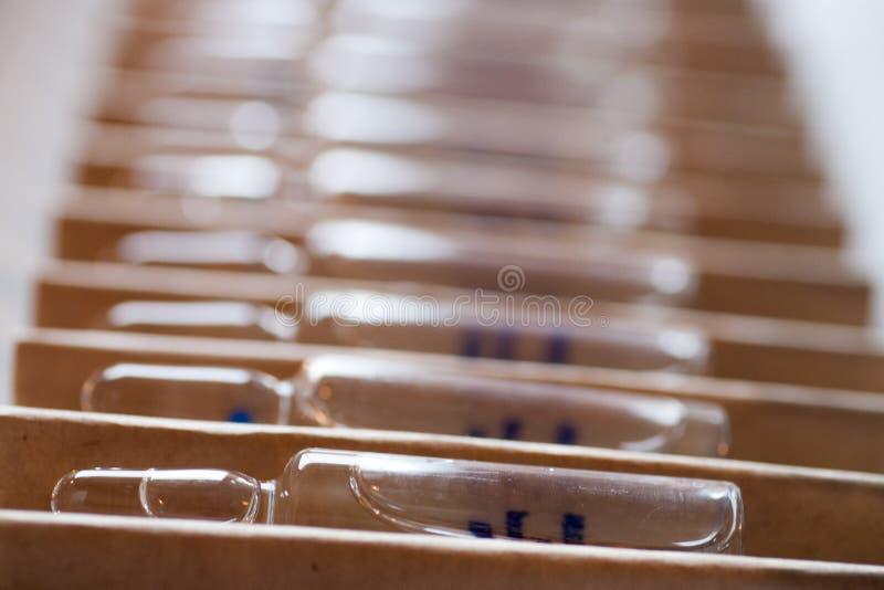 Horizontale perspectiefmening van vele bruine ampullen royalty-vrije stock afbeelding