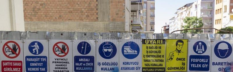 Horizontale Reihe Arbeits-Sicherheits-Zeichen an einer Baustelle lizenzfreies stockbild