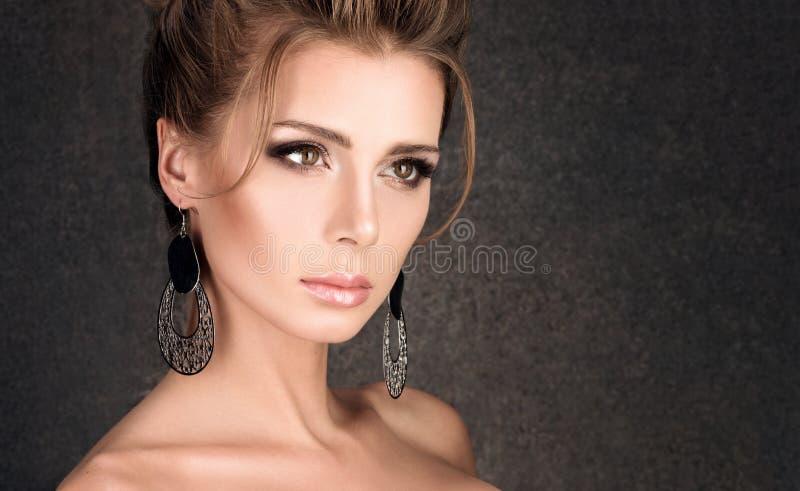 Horizontale Schönheitsporträtnahaufnahme Junge Luxusfrau mit Frisur stockbild
