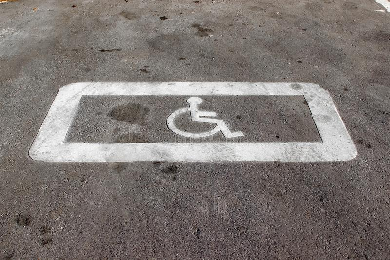 Horizontale Straßendecke, die markiert 'einen parkenden Platz aufgehoben für Behinderter ' lizenzfreie stockfotos