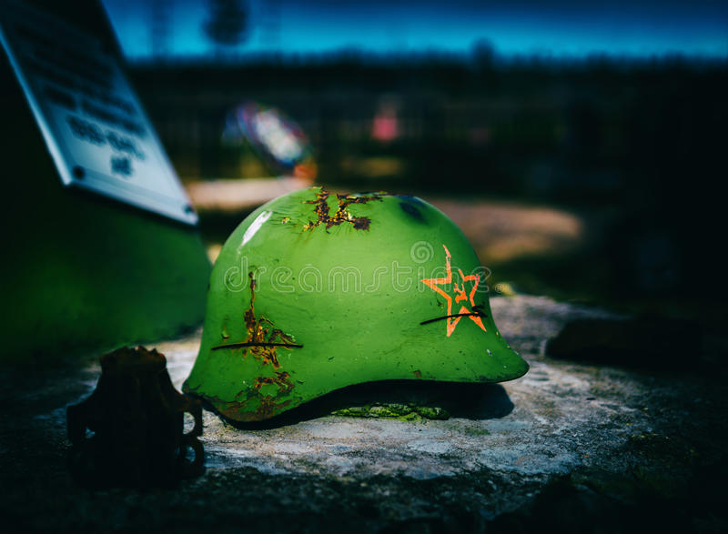 Horizontale Weinlese sowjetischer Armee-Schlachtfeld-Sturzhelm stockfotos