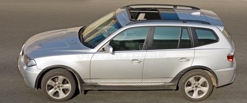 Horizontaler Schuß des deutschen Luxus SUV AUTOS lizenzfreies stockfoto
