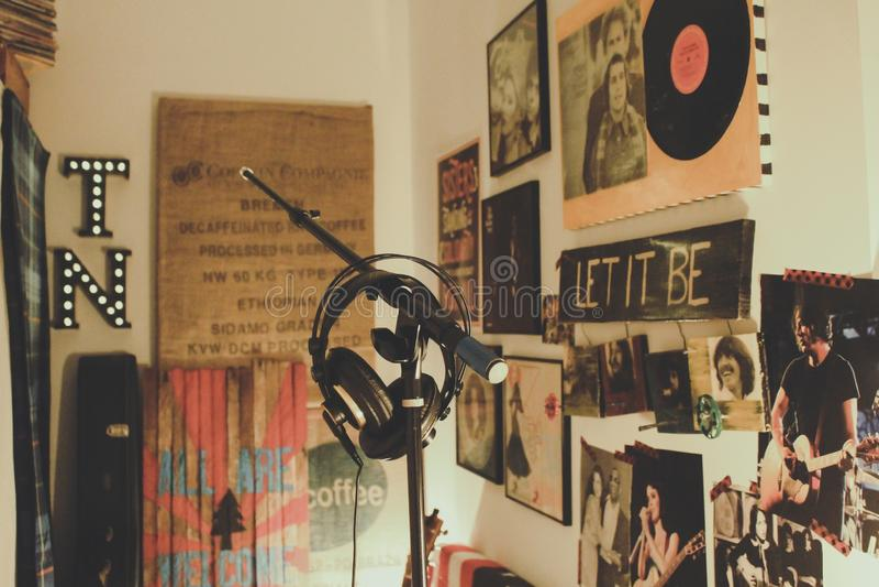 Horizontaler Schuss von Heimaufnahme-Studio mit schwarzem Kondensator-Mikrofon mit Ständer und Kopfhörern stockfotos