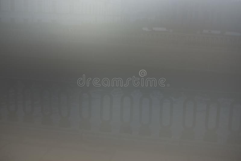 Horizontaler Stadt metall Zaun im grauen Nebel lizenzfreie stockfotografie