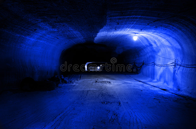Horizontaler Tunnel (Laufwerk) in einem Salzbergwerk lizenzfreie stockbilder