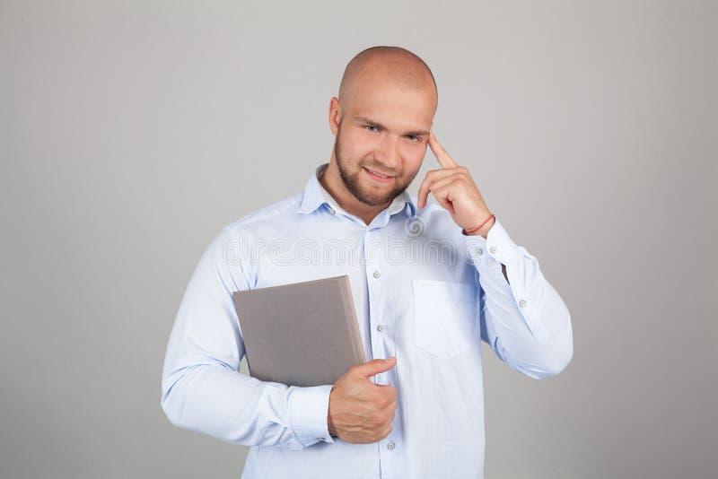 Horizontales Foto des schönen kaukasischen Mannes dargestellt auf grauem Hintergrund in der rechten Seite des Bildes wie viel sei lizenzfreies stockfoto