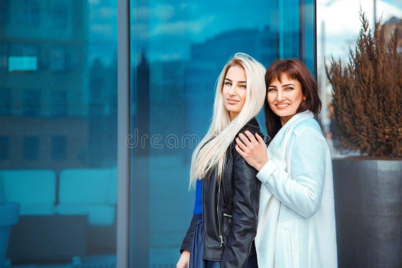 Horizontales Foto von zwei entzückenden Damen blond und von Brunette stockfotografie