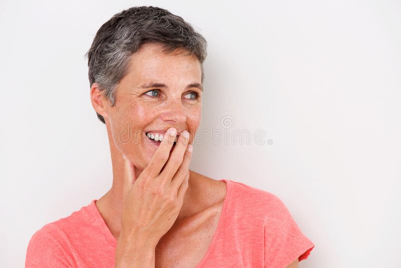 Horizontales Porträt des glücklichen Mittelalters auf weißem Hintergrund lizenzfreie stockfotografie