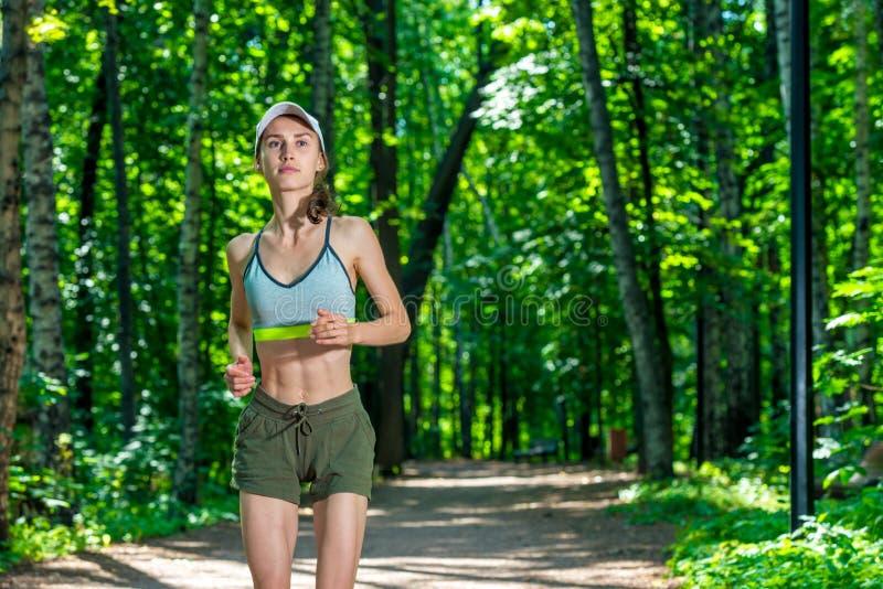horizontales Porträt einer aktiven schönen muskulösen Sportlerin beim Rütteln in einem Sommer stockfoto