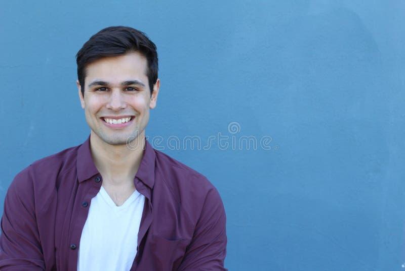 Horizontales Porträt eines jungen hübschen kaukasischen Mannlächelns Männliche vorbildliche schauende Kamera Kopieren Sie freundl stockbild