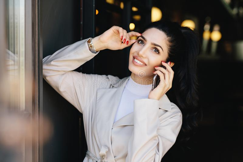 Horizontales Porträt schöner Dame mit dunklem Haar und Augen, m lizenzfreies stockbild