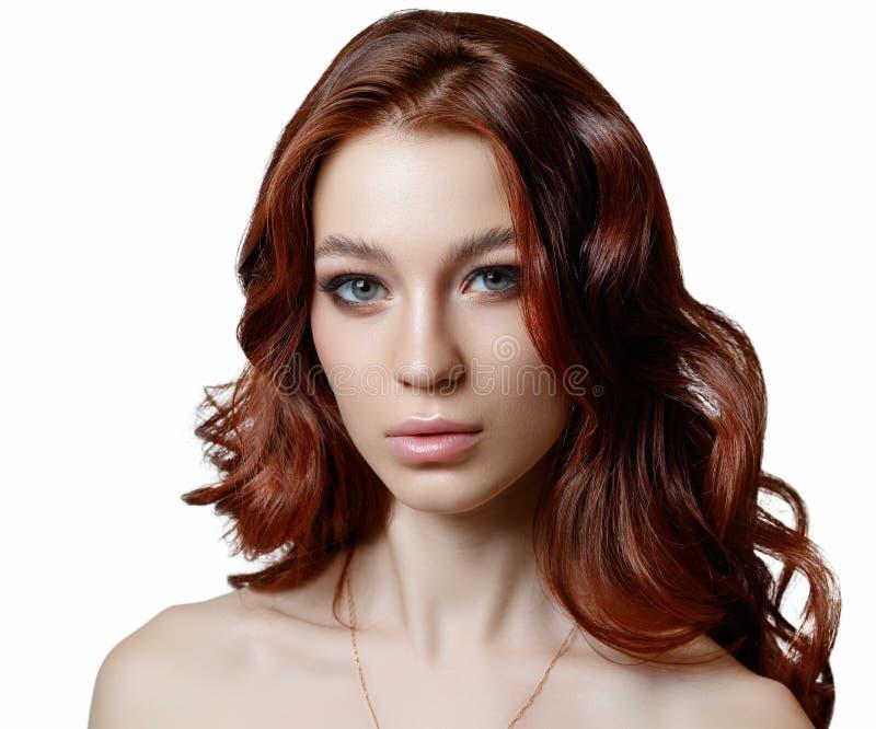 Horizontales Schönheitsporträt eines schönen jungen Mädchens, das in camera auf weißem Hintergrund lokalisiert schaut lizenzfreie stockfotografie
