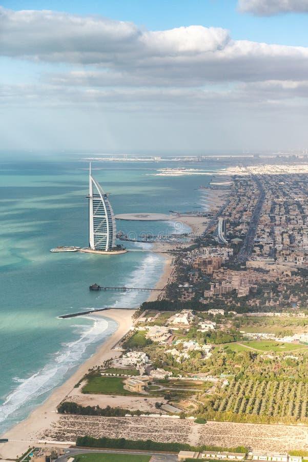 Horizonte aéreo asombroso de Dubai del helicóptero Paisaje urbano y coas imagenes de archivo