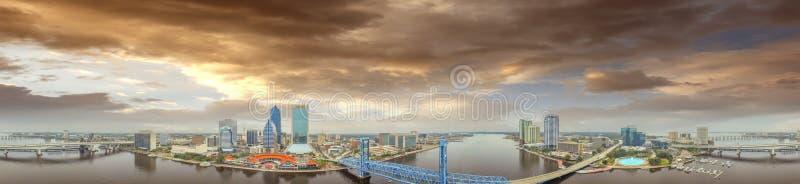 Horizonte aéreo de la puesta del sol asombrosa de Jacksonville, FL fotos de archivo libres de regalías