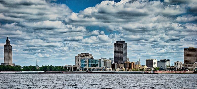 Horizonte céntrico de Baton Rouge a través del río Misisipi fotografía de archivo libre de regalías