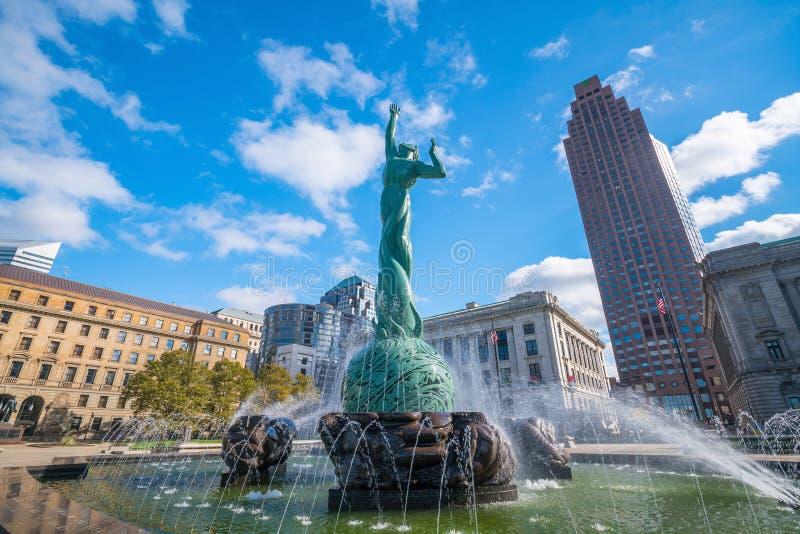 Horizonte céntrico de Cleveland y fuente de la estatua de la vida eterna imagen de archivo
