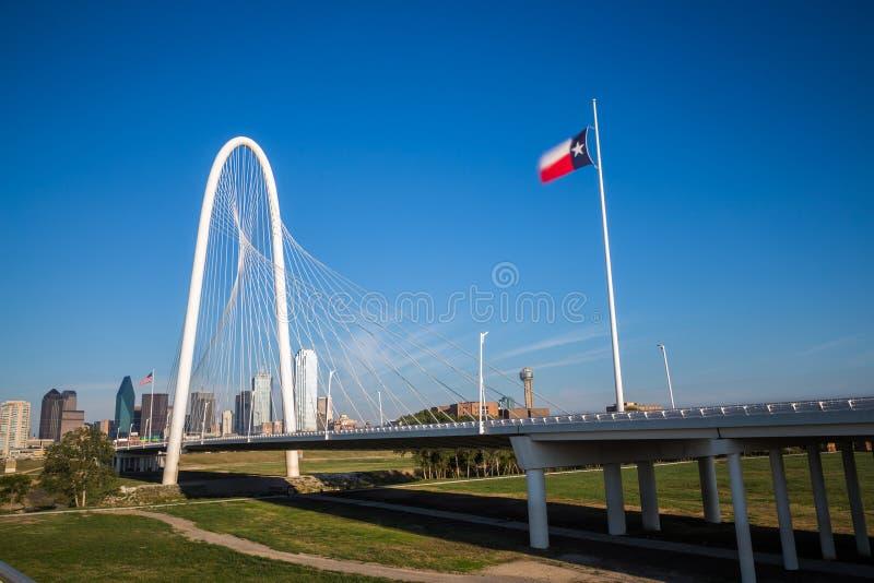 Horizonte céntrico de Dallas y puente de las colinas de la choza de Margaret de Conti foto de archivo