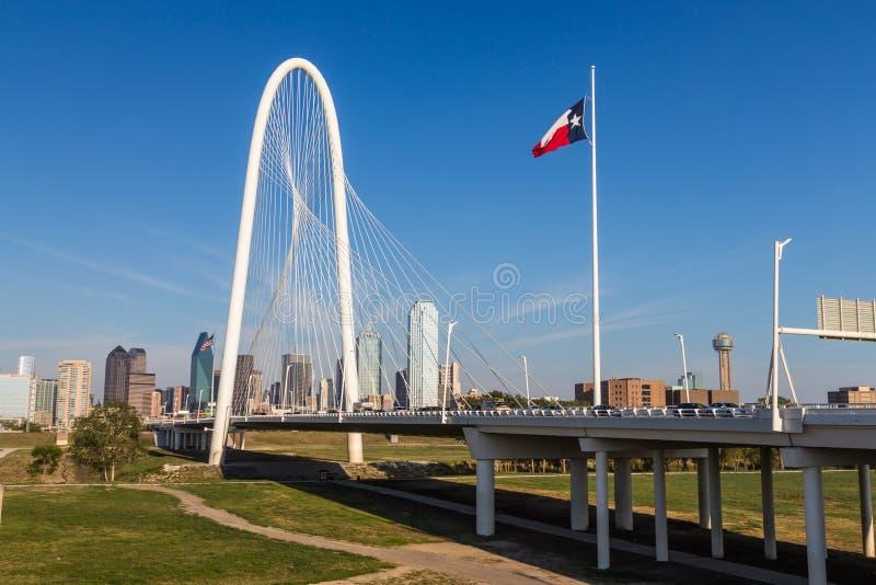 Horizonte céntrico de Dallas y puente de las colinas de la choza de Margaret de Conti imagen de archivo