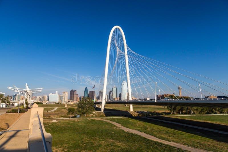 Horizonte céntrico de Dallas y puente de las colinas de la choza de Margaret de Conti fotos de archivo
