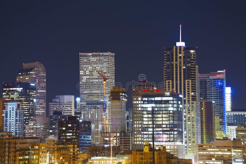 Horizonte céntrico de Denver en la noche, Colorado, los E.E.U.U. fotos de archivo libres de regalías