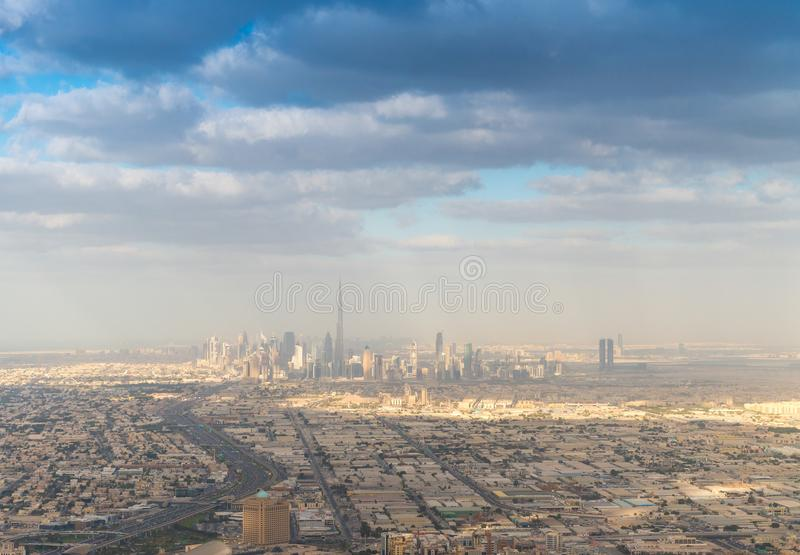 Horizonte céntrico de Dubai del aire fotografía de archivo libre de regalías
