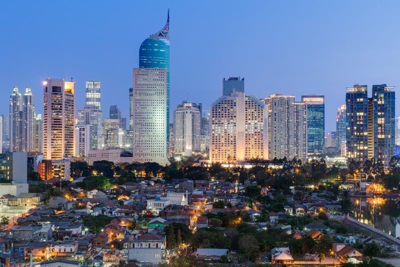 Horizonte céntrico de Jakarta con los edificios altos en la puesta del sol fotografía de archivo