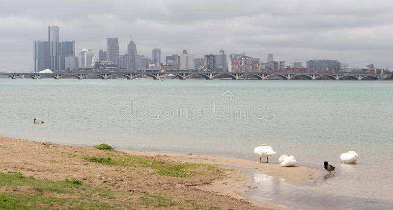 Horizonte céntrico de la ciudad del río panorámico largo de Detroit Michigan fotografía de archivo libre de regalías