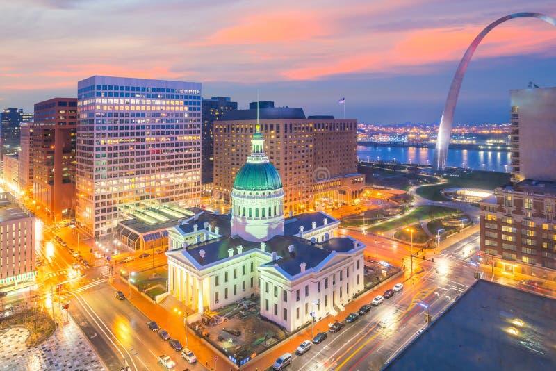 Horizonte céntrico de la ciudad de St. Louis en el crepúsculo imagenes de archivo