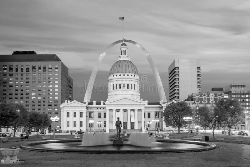 Horizonte céntrico de la ciudad de St. Louis en el crepúsculo fotos de archivo