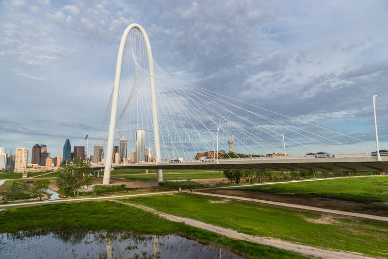 Horizonte céntrico de Margaret Hunt Hill Bridge y de Dallas fotografía de archivo libre de regalías