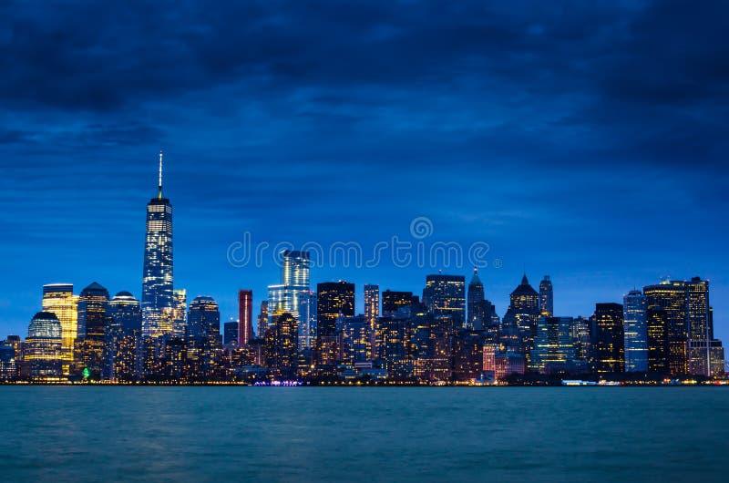 Horizonte céntrico de New York City Manhattan en la noche foto de archivo libre de regalías