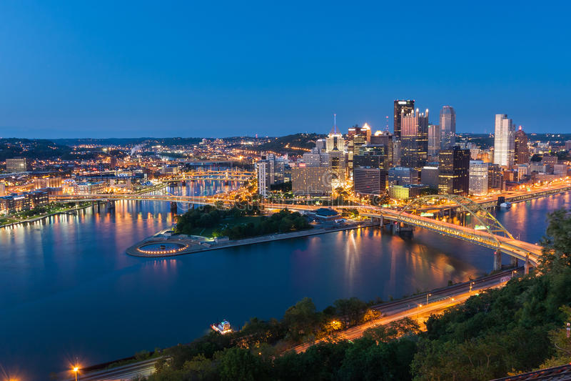 Horizonte céntrico de Pittsburgh en la noche, Pennsylvania, los E.E.U.U. imagen de archivo