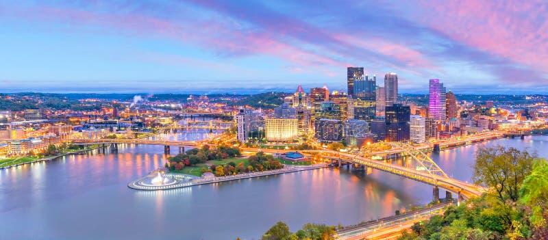 Horizonte céntrico de Pittsburgh, Pennsylvania en la puesta del sol fotografía de archivo
