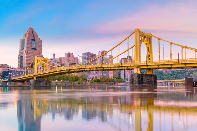 Horizonte céntrico de Pittsburgh, Pennsylvania en la puesta del sol fotos de archivo