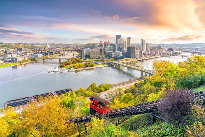 Horizonte céntrico de Pittsburgh, Pennsylvania en la puesta del sol imagen de archivo libre de regalías