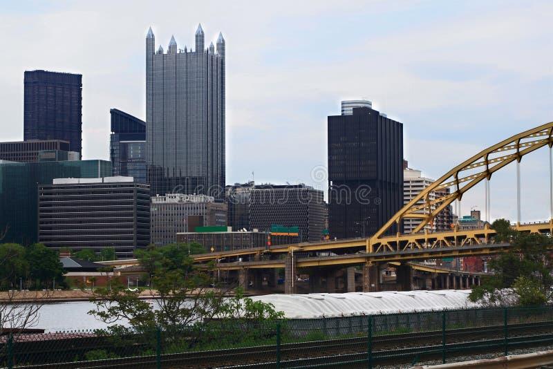 Horizonte céntrico de Pittsburgh Pennsylvania por tarde nublada imagen de archivo