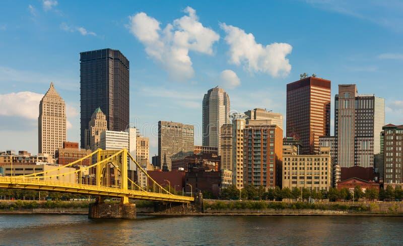 Horizonte céntrico de Pittsburgh por el río imagen de archivo libre de regalías