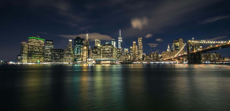 Horizonte céntrico panorámico de Manhattan en la noche, opinión de Nueva York, los E.E.U.U. de la Brooklyn fotografía de archivo libre de regalías