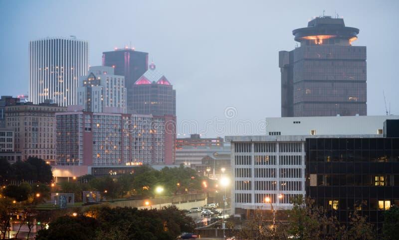Horizonte céntrico Rochester Nueva York de la ciudad de la opinión del revestimiento de la oscuridad imágenes de archivo libres de regalías