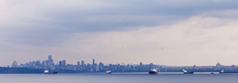 Horizonte A.C. Canadá de Vancouver del ancla de los buques de petróleo imagen de archivo