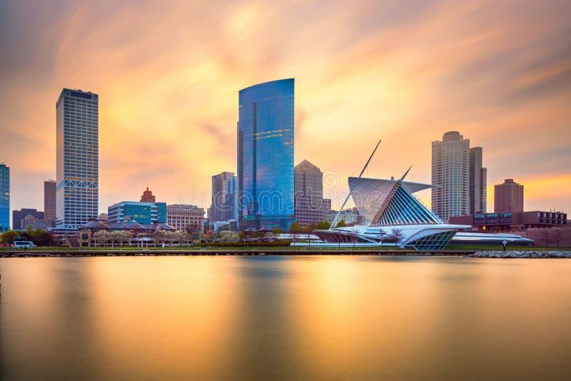 Horizonte c?ntrico de la ciudad de Milwaukee, Wisconsin, los E.E.U.U. en el lago Michigan fotos de archivo libres de regalías