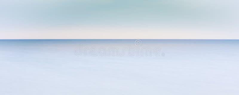 Horizonte calmo do oceano - onde a linha do horizonte encontra o mar imagem de stock royalty free